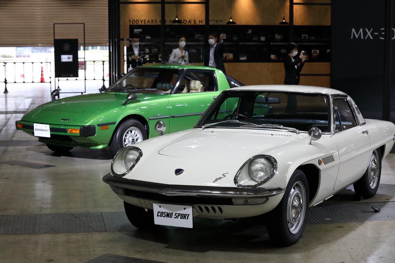 画像: 普段は広島のマツダミュージアムで展示されている車両も、ここ幕張で展示。左はSA22C型初代RX-7、右は初の量産化に成功したロータリーエンジン搭載車 コスモスポーツ。