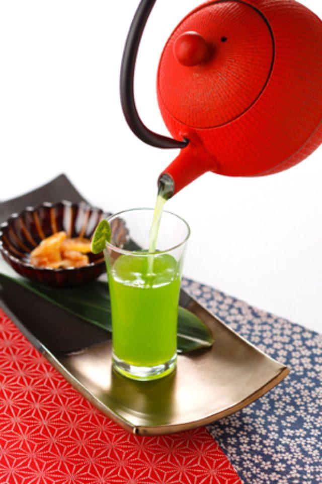 画像: ブランデーと煎茶の邂逅! ストリングスホテル東京インターコンチネンタルが、鉄瓶から注ぐ、カクテルを提供。