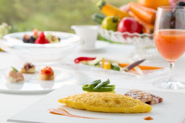 画像: 絶景スポットでホテルメイドの朝食に舌鼓。星野リゾート リゾナーレ 八ヶ岳の「絶景朝食」。