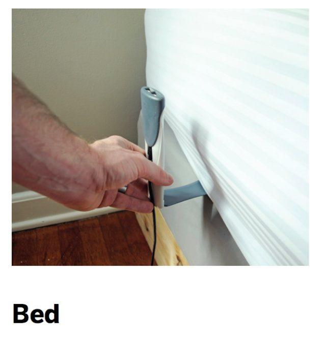 画像: ベッドで使用する場合は、フォルダーアームをマットレスの下に差し込む感じで