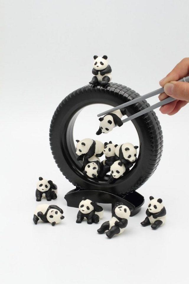 画像: シュールでかわいい!パンダを箸でつまむゲームが人気に