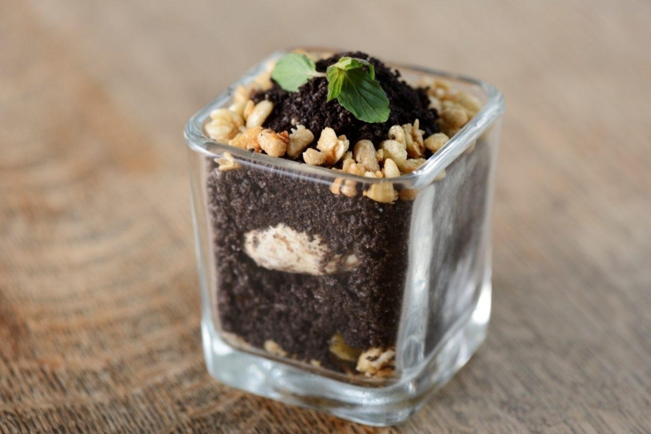 画像: ◎咀嚼促進スイーツ『おいもほり』(税抜き価格:620円) 植木鉢をイメージした器を掘りながら食べると、中からファイバーリッチなさつまいもが出てくる楽しいデザートです。ベースはアイスクリーム、土はココアクッキー、石ころに見えるのはグラノーラで表現しています。