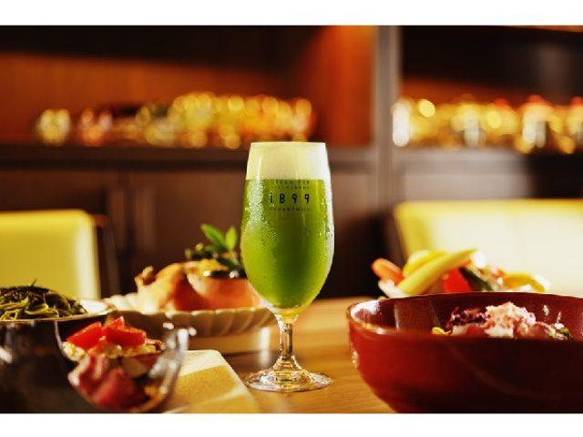 画像: 深い緑色の抹茶ビールは苦心の末に開発。夜空の下のビアガーデンでお茶料理と一緒に健康的なビールを味わおう!