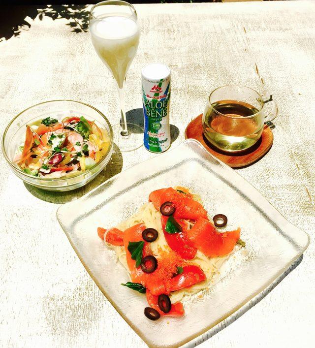 画像: ・ブロッコリーとサツマイモのグリーンサラダ ブロッコリーや緑野菜のビタミンA、C、Eとサツマイモのβカロチンは日焼け防止、肌修復に効果的。 ・アロエベネ ヨーグルトドリンク 紫外線ダメージ予防効果が確認されたアロエステロールを配合。コラーゲン、ヒアルロン酸を自ら創り出す力を高める。 ・月桃茶 紫外線から肌を守るポリフェノール値がより高いお茶。 ・フルーツトマトとサーモン、とびこの冷製カッペリーニ トマトリコピンの強い抗酸化と、鮭に多く含まれるオメガ3脂肪酸は日光への耐性をあげ、肌を守る効果があります。