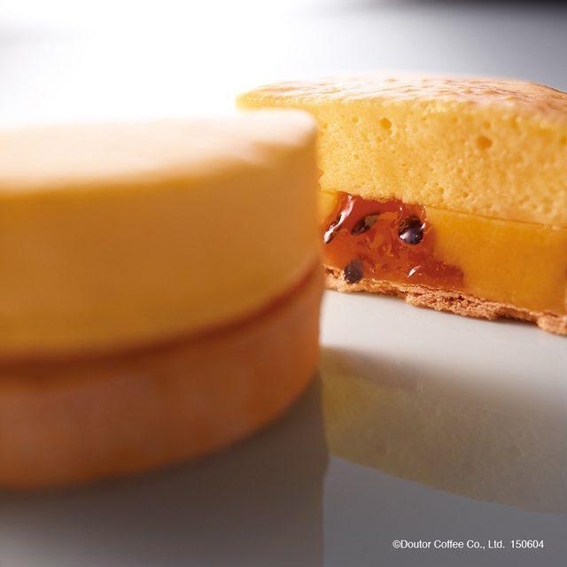 画像: 【商品名】 シブーストパッション 【単品価格】 560円(税込) パッションフルーツの甘酸っぱさ、食感の楽しさが夏らしい一品です。パイタルトの中にパッションクリームとパッションフルーツのコンフィチュールを入れ、その上に、ふんわりしたパッションのシブーストをのせて、表面をキャラメリゼしました。 www.doutor.co.jp