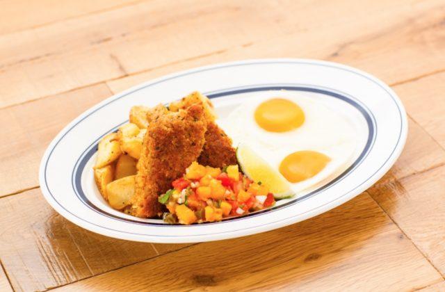 画像: 商品名:『マヒマヒパパイヤ&エッグス』 価格:¥1,750 ジューシーで旨みのある、ハワイで人気の白身魚「マヒマヒ」。サクサクとした食感と特製サルサソースの辛みとダイスにしたパパイヤの甘みが絶妙なバランスです。 ※夏季限定の新商品