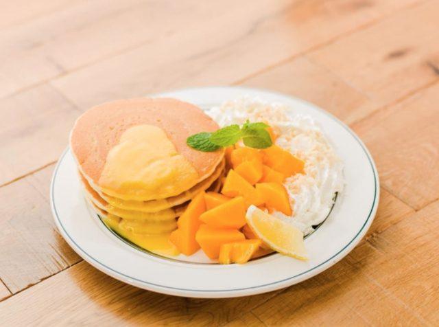 画像: 商品名:『リリコイパパイヤパンケーキ』 価格:¥1,550 ハワイ産フレッシュパパイヤとリリコイバターソース、ホイップクリームをトッピングした贅沢なパンケーキ。ごろっとしたパパイヤとパンケーキを味わえる一皿。