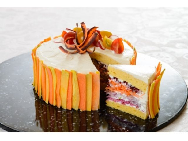 画像: ケーキのように切り分けて食べるサラダ誕生!可愛い見た目に思わず笑顔になる「ベジデコサラダ」