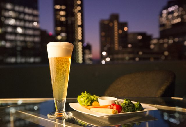 画像: ヒルトン東京の「天空のビアガーデン」がスタート。わんことビアガーデン&お一人様ビアガーデンも。