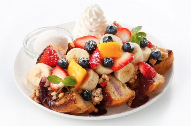 画像: アサイー&フルーツグラノーラ Acai & Fruit Granola (福岡本店限定)レギュラー1,600円 ハーフ1,000円 栄養価が高いとして注目のアサイーとフレンチトーストを合わせた一皿です。 アサイーボウルをイメージし、アサイーソースをたっぷりかけたフレンチトーストに、盛りだくさんのフルーツとグラノーラを飾っています。
