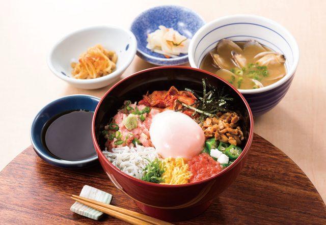 画像: 夏のうまか丼 1,099円(税抜) 定番メニューのうまか丼に、夏季限定の明太子、キムチ、釜揚げしらすが入った贅沢なバラエティ丼です。