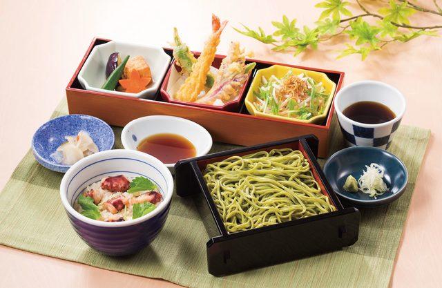 画像: 宇治茶そばと夏の味わい膳 1,099円(税抜) 彩り鮮やかな宇治茶そばの夏にぴったりな爽やかなのど越しを季節の天ぷらとお楽しみいただけます。