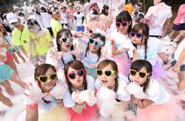 画像: 「バブルラン2015 in千葉(幕張海浜公園)」では2日間で約2万人が参加し、参加者によるInstagramの投稿(#バブルラン)が6,000を超えた! www.bubblerun.jp