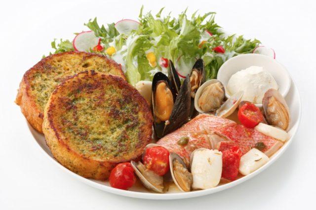 画像: アクアパッツァ Acqua Pazza (福岡本店限定)1ピース1,600円  2ピース1,850円 バジル入りのフレンチトーストと、赤魚、ムール貝、イカ、アサリのアクアパッツァ(魚介類をトマト、オリーブオイルで煮込む料理) を組み合わせたヘルシーな一皿です。シーフードとバジルの味わいをお楽しみください。 ※お好みでサワークリームをフレンチトーストや、シーフードにつけてお召し上がりくだい。