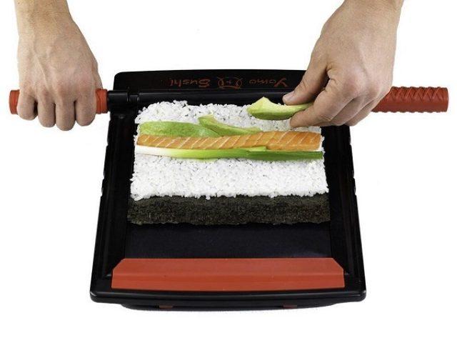 """画像: """"巻き寿司""""を誰でも簡単に!パーティーで盛り上がるおもしろキッチンツール"""