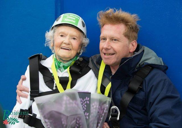 """画像: 御年101歳!100mの高層ビル下りに挑戦した""""元気過ぎるおばあちゃん""""が話題に"""