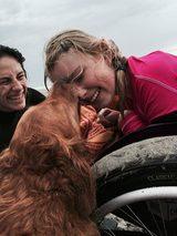 """画像: ハンディキャップのある人々を癒やす""""サーフィン犬""""が感動的"""