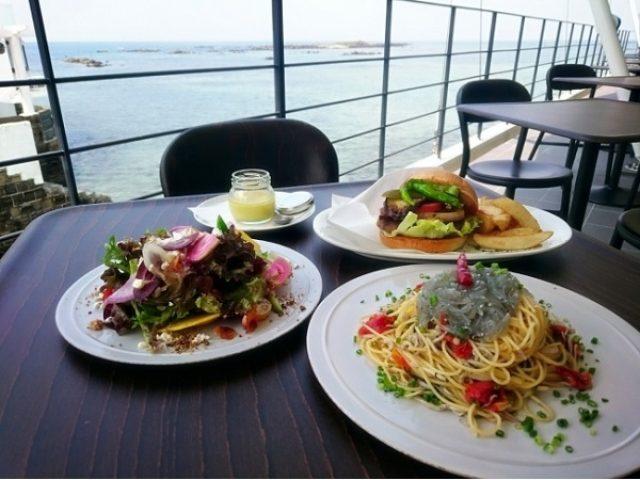 画像: まるで海の上!絶景ロケーションのカフェレストランで「佐島グリルビーフバーガー」に下鼓!!