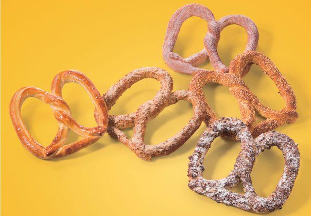 画像: ソフトプレッツェル専門店「Auntie Anne's」が、秋にぴったりの「クッキー&バニラ プレッツェル」を発売。