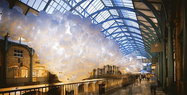 """画像: 圧巻!ロンドンの人気観光スポットに巨大な""""白い風船雲""""が登場!"""