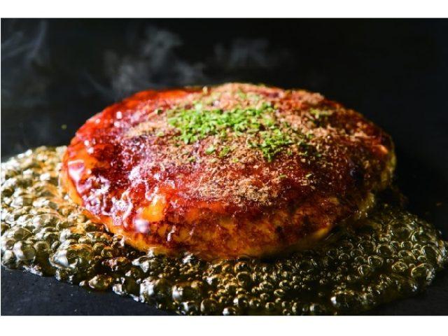 画像: 綿あめと醤油でつくるパリパリのカラメルがのった、まるでスイーツな「クレームブリュレお好み焼き」