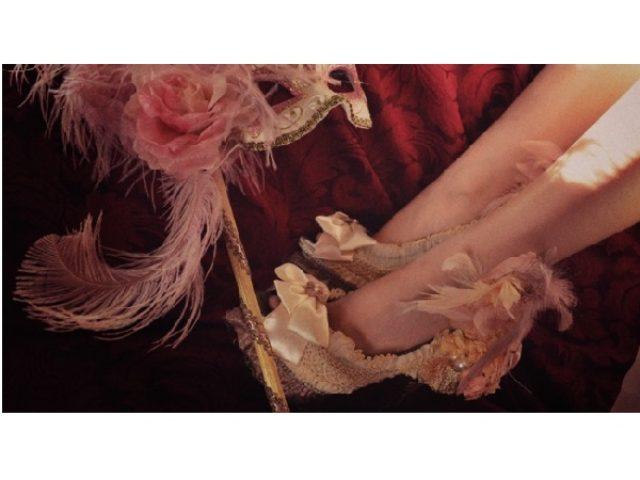画像: 悲劇の王妃マリー・アントワネットの生涯を表現したドラマティックなシューズ