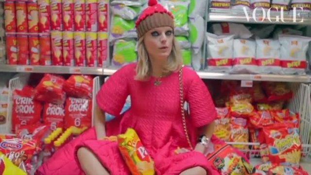 画像: スーパーマーケットがポップなワンダーランドに。ハイパーなショッピングムービーをチェック!_Vogue Japan