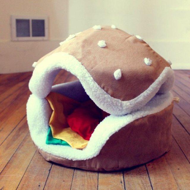 画像: ニャンコとワンコがパテに!?ハンバーガーのペット用ベッドがかわいい