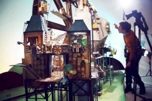 """画像: """"本物の手作りミニチュア""""の世界を冒険する謎解きアドベンチャー『Lumino City』"""