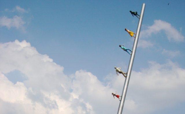 画像: 青空に向かって人びとが歩いている!?だまし絵みたいなアートが面白い