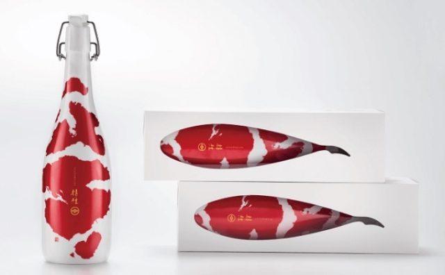 画像: これぞ日本の美!錦鯉をモチーフにした日本酒ボトル