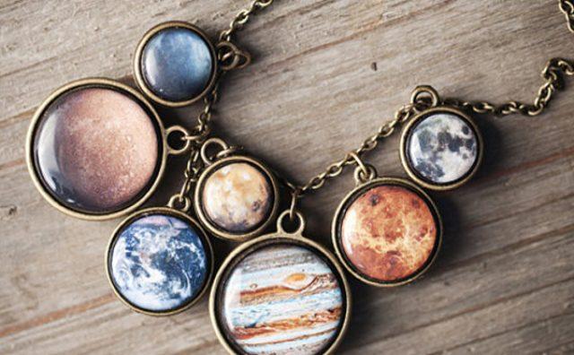 """画像: 宇宙の煌めきを身に纏う""""惑星アクセサリー""""が素敵"""