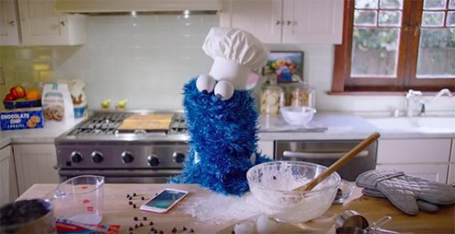 画像: iPhoneの新CMにクッキーモンスターが登場!Siriを使ったお菓子作りの結末は...。