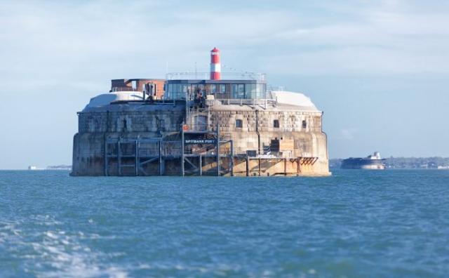 画像: 外は城塞、中は高級リゾート!?軍事基地をリノベした海上ホテルがユニーク!