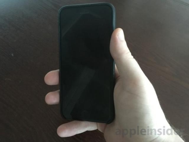 画像1: 今回発売された4インチモデルのiPhone SEですが、多くのレビュー記事の中で一際目立つのが、手にした時のサイズ感を話題にしたものです。iPhone 6シリーズから定番となった4.7インチの大きさは、多くの人にとって片手で端から端まで操作するには若干大きすぎることもあり、今までは自分も含めて右手の小指が大活躍してきました。このiPhone SEの登場により、ようやく小指を休められる、そんな予感がしています。 The post iPhone SE、ようやく小指を酷使せずに片手操作が可能?やはり4インチのサイズ感は心地よい! appeared first on Spotry.me. spotry.me