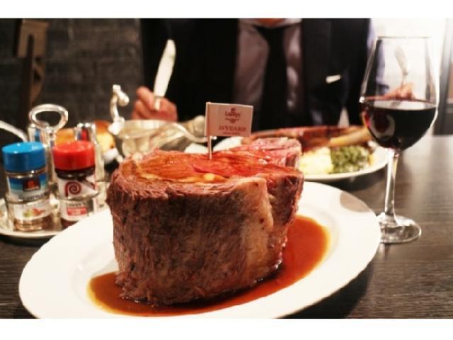 画像: 巨大肉に圧倒!「ロウリーズ・ザ・プライムリブ」日本15周年記念の2001gのプライムリブを仲間でシェアしよう