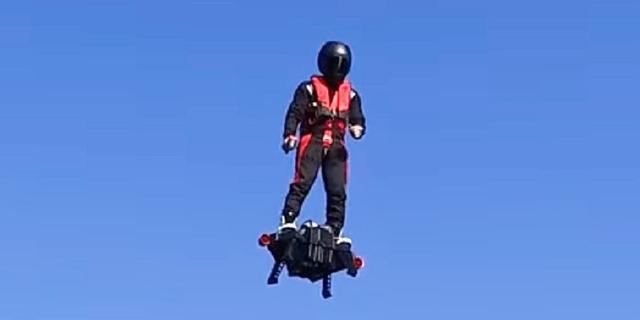 """画像: ついに""""人が飛べる""""時代に!テスト飛行に成功した「フライボード・エア」がスゴイ"""
