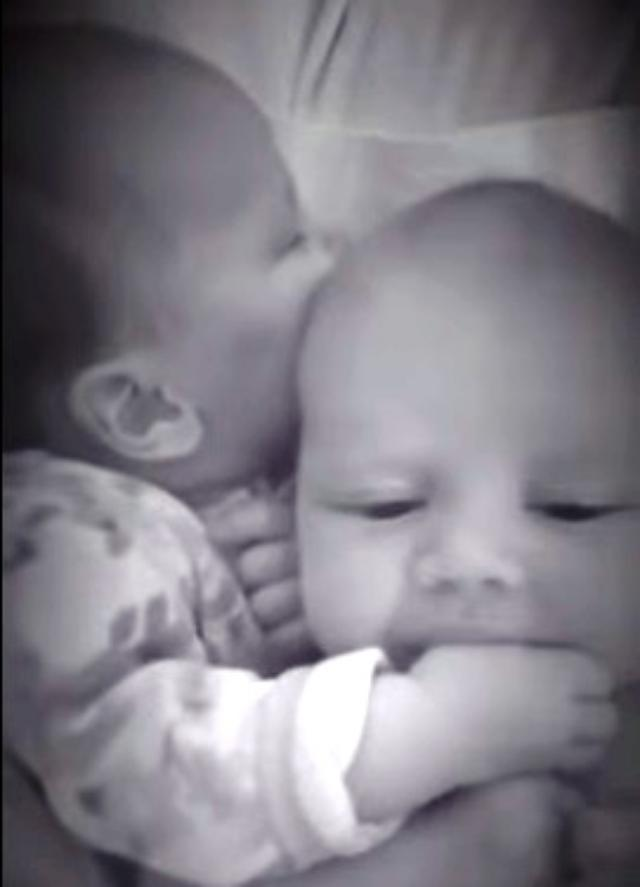 画像: 双子の絆が感動的...泣く兄弟に自分の親指をしゃぶらせて安心させる赤ちゃんが話題に