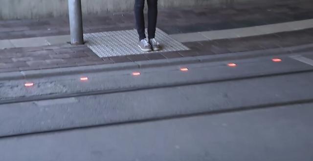 画像: ドイツの市が歩きスマホユーザーのために路面に埋め込み信号灯を設置