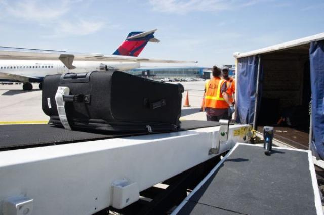 画像1: 預けた荷物が到着ロビーのベルトコンベアーに流れてこない!?なんてことはもう過去のことに!?デルタ航空は、預け荷物に新たにRFIDタグの導入を行い、今年の夏を目処に344の空港に導入するとのことです! The post デルタ航空が今年の夏よりRFIDタグを預け荷物へ導入!これでロストバゲージとはおさらば?! appeared first on Spotry.me. spotry.me