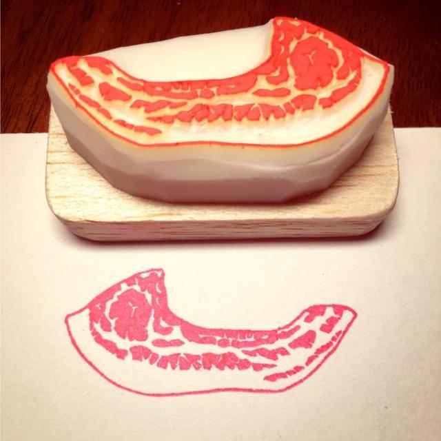 画像: 豚肉の色合いが「はんこ」に合うと思って...豚肉をモチーフにした「豚肉はんこ」のクオリティが高すぎる