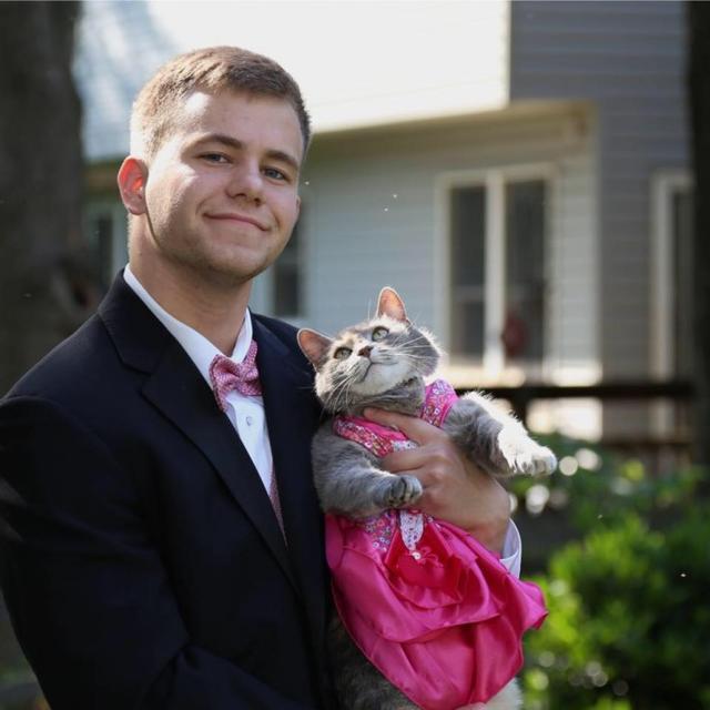 """画像: 俺の彼女ですっ♪プロムの恋人に愛猫を選んだ""""リア充""""高校生が話題に"""