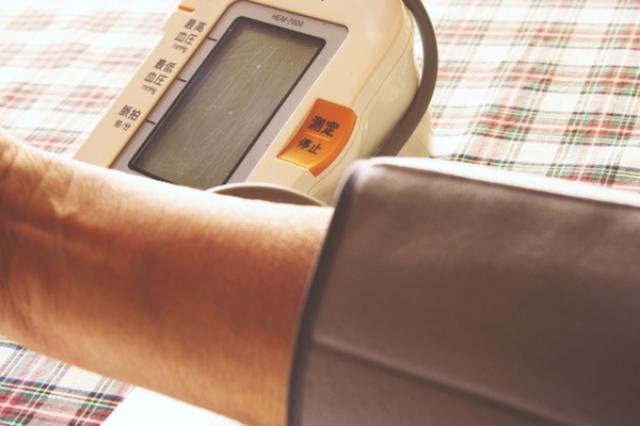 画像1: 高血圧の人は禁煙したり、塩分を摂り過ぎないようにした方がいいと言われる。 だが、これに加えて、空気の汚れにも注意した方がよさそうだ。 大気汚染と血圧に明らかな関連が アメリカ心臓協会が発行する学術誌「Hypertension」の最新号に発表された調査結果によると、大気汚染と血圧との間に明らかな関連が見つかったとのこと。 中国・中山大学のYuanyuan Cai教授をリーダーとした研究者グループは、過去に発表された医学論文で空気の汚染と血圧に関係したものを全て再検証し、両者の関連を発見した。 大気汚染がひどいほど高血圧になりやすい 汚染レベルの高い空気を吸っている人ほど高血圧になりやすい——これが今回発見された大気汚染と血圧の関連だ。 [...] irorio.jp