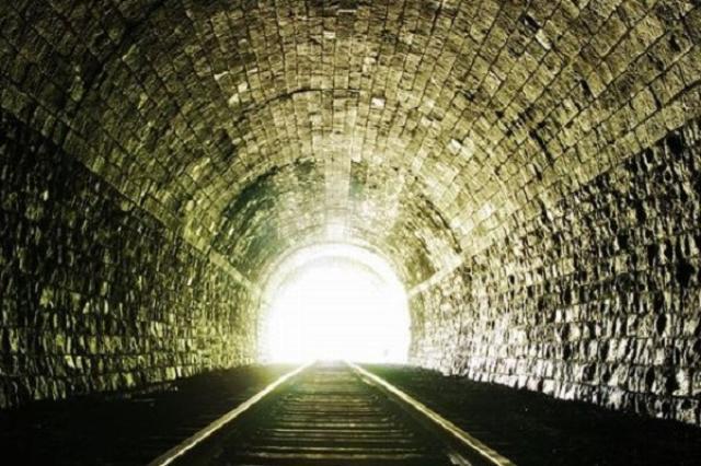 画像1: 青函トンネルより長いトンネルが開通し、衝撃が広がっている。 全長57キロの鉄道トンネルが開通 スイスに1日、全長約57キロメートルの鉄道トンネル「Gotthard Base Tunnel(ゴッタルド・ベース・トンネル)」が開通。 青函トンネルは世界一長い鉄道トンネルの座を明け渡した。 スイス・アルプスを縦貫 ゴッタルド・トンネルはアルプスを縦貫し、ドイツ語圏の街とイタリア語圏の街を結ぶ。1999年に着工され2010年に貫通。本格的な運用開始は12月を予定している。 トンネル開通により、スイスのチューリッヒとイタリアのミラノ間の移動時間は約1時間短縮。 開通式にはドイツのメルケル首相やフランスのオランド大統領、イタリアのレンツィ首相ら [...] irorio.jp
