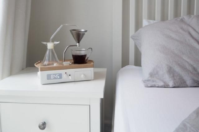 画像1: 朝、コーヒーの香りとともに目覚める......。こんな素敵な目覚めが、目覚まし時計をセットするだけで実現するかもしれない。 それがこちらだ。 起床時間に合わせて、コーヒーを淹れてくれるので、コーヒーの香りとともに起き、そしてベッドの中で朝の一杯を楽しめる。 冷蔵機能付きのミルク入れや コーヒーのストックと砂糖入れも内蔵されている。 また、ペーパーフィルターではないので、ゴミが出ないのもうれしいところだ。 また、コーヒーだけではなく紅茶を淹れることも可能だ。 ▼目覚ましのセットは横についている ▼デスク脇に置いてもよい キックスターターで予約受付中 現在、キックスターターにて特別価格で予約を受け付け中だ。 特別価格でも1台200ポンド(約3 [...] irorio.jp