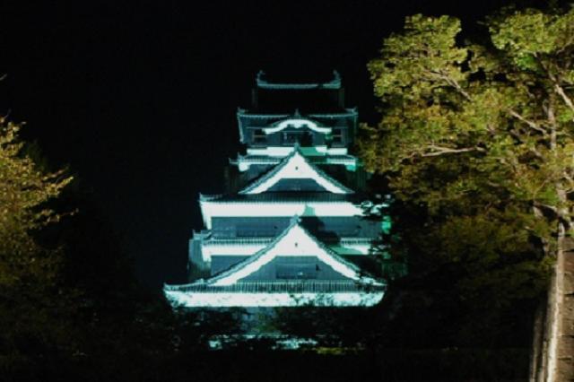 画像1: 熊本地震の被害を受けた熊本県に、少しずつ以前の姿が戻りつつある。 2日に国内線が全便運行を再開 熊本地震で天井が崩落するなどの被害を受けた熊本空港で2日、1ヶ月半ぶりに国内線が全便運行を再開した。 3日には台湾のチャイナエアラインも運行を再開する見通しだ。 「熊本城」や「くまモン」も 熊本城も1日からライトアップを再開。 熊本県のゆるキャラ「くまモン」もツイート再開。 日本全国や世界中から熊本を応援してもらって、本当にありがとうだモン。熊本がもっと元気になって笑顔が広がるようにがんばるモン!今日からツイートも再開するモン。これからも熊本をどうぞよろしくお願いしますモン! pic.twitter.com/3tzYlQfbIz — くま [...] irorio.jp