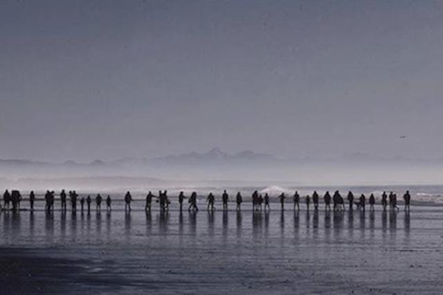 画像1: ニュージーランド・クライストチャーチに近いWaimairiビーチに打ち上げられたクジラに、200人がバケツリレーで海水を運び、水分補給を続けて救った。 5日未明に浜に打ち上げられた2頭 今月5日未明に、ニュージーランド南島のWaimaiビーチに、2頭ののオキゴンドウクジラが打ち上げらているのが見つかった。 通報を受けた同国の環境保全省と自然保護団体プロジェクト・ジョナは、ただちにスタッフや獣医を派遣して救助を開始。 スタッフが到着した時、2頭のうち1頭はすでに死んでいたが、もう1頭はまだ生きていたとのこと。だがその1頭も、体表面が乾燥し、非常に弱った状態だったという。 200人が列をつくってバケツリレー そのとき海は引き潮で、クジラ [...] irorio.jp