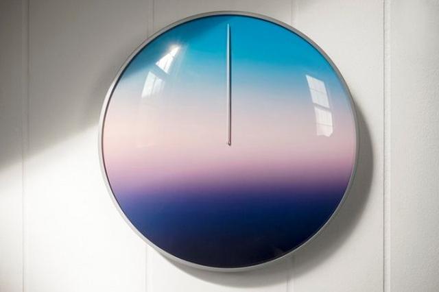 画像1: 時の概念を変える時計がデザインされ、Kickstartarで資金を募っています。 針が1本、数字がない時計 グラデーションの色が美しいこの時計「Today」です。 一見してわかるように、針が1本しかなく、時刻を示す数字がありません。 どうやって時間を知るのでしょうか... 24時間で一周 グラデーションで表される「空の色」で時の移ろいを感じるのだそうです。 この時計は24時間で一周するようになっていて、針が差しているところの色が、その時間の空の色。 その色のイメージで「大体の」時間がわかるのです。 「時間に対しておおらかな気持ちを」 デザインしたのは、Scott Thriftさん。 20年以上にわたり、映画の監督や撮影、編集をしているそ [...] irorio.jp
