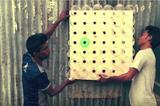 画像1: 暑い夏にはクーラーがあると助かる。だが、日中の最高気温が45度にもなるバングラデシュでは、70%の家に電気が引かれていない。 そこで発明されたのが、電気の要らないクーラー「エコクーラー(Eco-Cooler)」だ。これなら電気代がかからないだけでなく、適当な板とペットボトルだけで作れるので、とても安上がり。 ペットボトルを切って差し込むだけ 作り方は簡単。板にドリルでたくさん穴を開け、そこに、ペットボトルの首部分を切って差し込むだけ。これを窓に取り付ければエコクーラーの設置完了だ。 実際に温度が5度下がる 信じられない話だが、これを窓に取り付けると、室内の温度が少なくとも5度下がる。外が30度の時に室内は25度になるとのことだ。 そ [...] irorio.jp