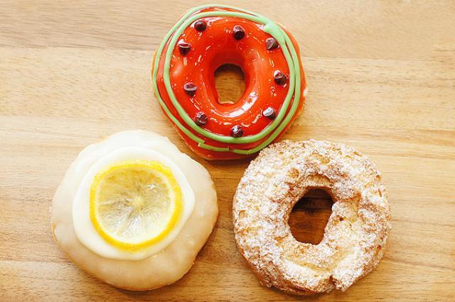 画像1: 人気ドーナツ店クリスピー・クリーム・ドーナツから、夏季限定の新作「スイカ」「レモン グレーズド」「オールドファッション バナナ」が本日6月8日より販売開始! 見た目も爽やかで初夏にピッタリの3種を早速いただいてみました。 ジューシーなスイカがドーナツに! サマーフルーツの王様をドーナツにした「スイカ」(230円)は、スイカ果汁をたっぷり使った真っ赤なジェリーにチョコチップの種を散らし、スイカ味のチョコで皮を描いた1品。 ぷるぷるのジェリーはジューシーで、スイカのみずみずしさを忠実に再現。予想以上にスイカ味です。こんなドーナツ初めて...! ベースはオリジナル・グレーズドなので、ふわふわもっちり。 何より見た目がかわいいので、たくさん写真 [...] irorio.jp